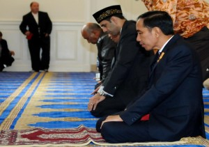 resident Jokowi prayers at IMAAM Center Mosque (Courtesy of Setkab RI)
